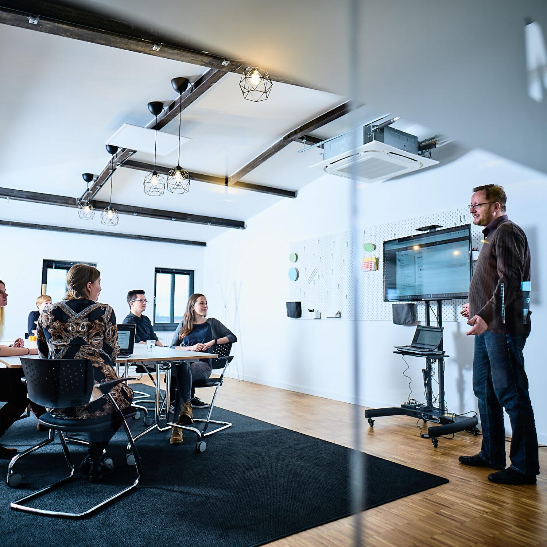 Frontend-Entwickler der Full-Service-Digital-Agentur e-pixler beim Meeting