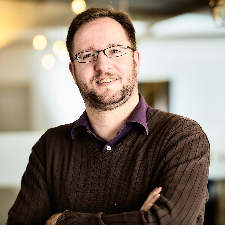 Foto eines Entwicklers der für die technische Umsetzung von Webprojekten sorgt