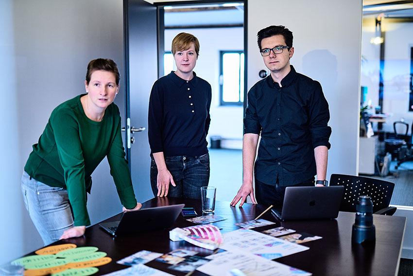 UX-Designer der Full-Service-Digital-Agentur e-pixler bewerten einen Webseitenentwurf